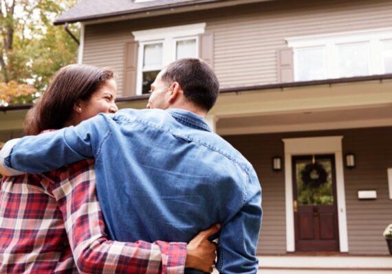 Tips Membeli Rumah Bekas untuk Pasangan Muda Keluarga Kecil Bahagia